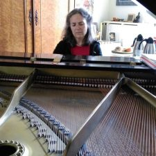 Laura Stone speelde piano